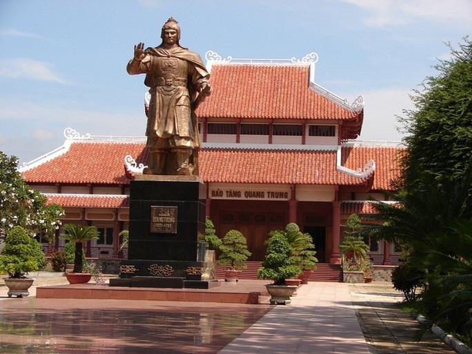 Sân Bảo tàng Quang Trung đang đẹp vẫn bị cạy lên để thay 5 tỉ đồng - Ảnh 3.