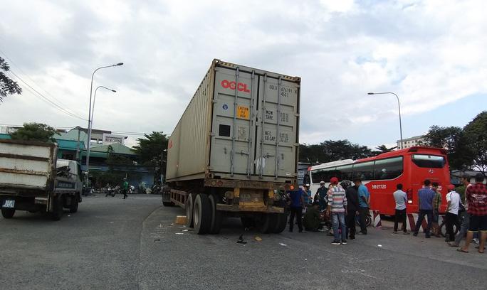 Vợ chết, chồng nguy kịch dưới gầm xe container ở cầu vượt Sóng Thần - Ảnh 1.
