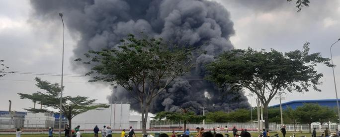 Cháy lớn ở công ty sản xuất bàn ghế sofa tại Bình Dương - Ảnh 1.