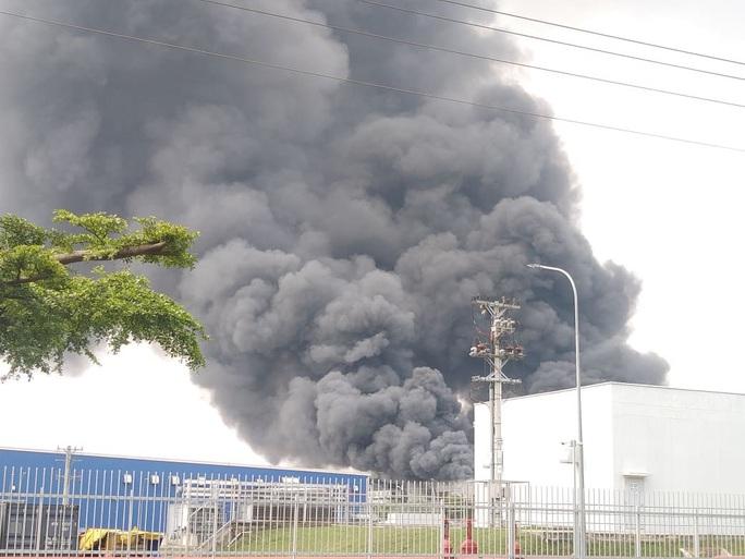 Cháy lớn ở công ty sản xuất bàn ghế sofa tại Bình Dương - Ảnh 2.