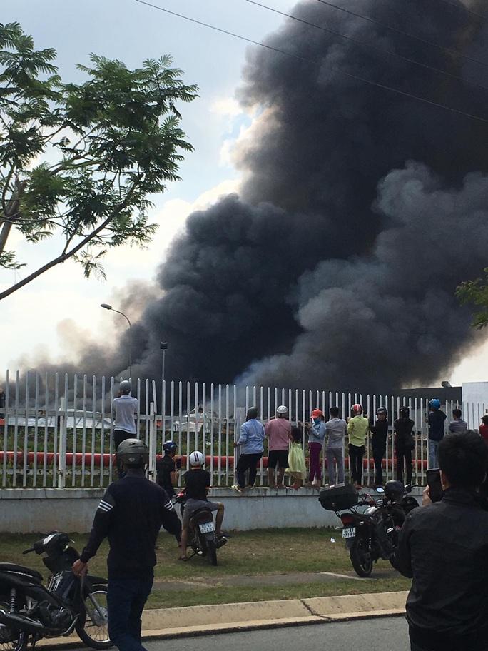 Cháy lớn ở công ty sản xuất bàn ghế sofa tại Bình Dương - Ảnh 5.