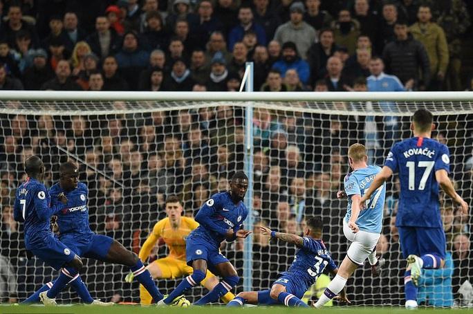 Man City hạ đẹp Chelsea, Sterling lập kỷ lục bị VAR hành - Ảnh 2.