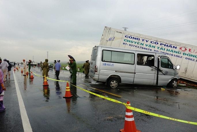 Xe khách chở các nhà sư tông xe container, 2 người chết và 11 người trọng thương - Ảnh 2.