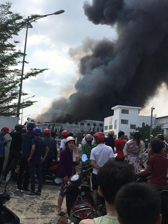 Cháy lớn ở công ty sản xuất bàn ghế sofa tại Bình Dương - Ảnh 4.