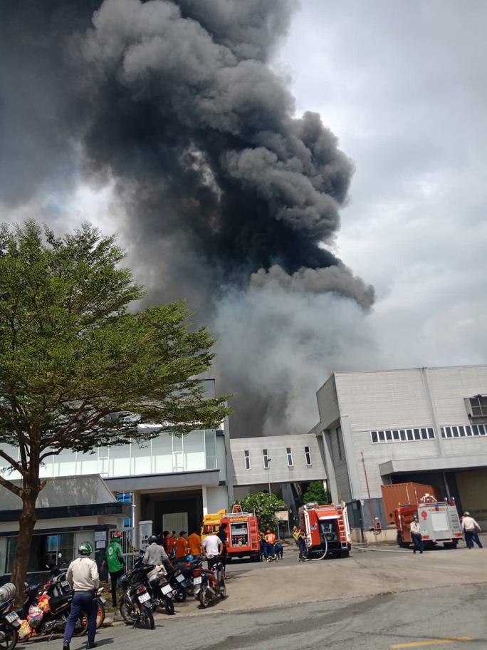 Cháy lớn ở công ty sản xuất bàn ghế sofa tại Bình Dương - Ảnh 3.