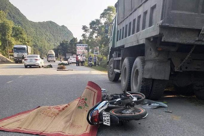 Tông vào đuôi xe tải đỗ ven đường, nam thanh niên tử vong tại chỗ - Ảnh 1.