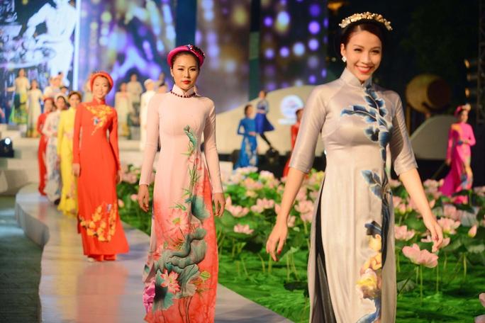 Áo dài - Di sản văn hóa bị bỏ quên? (*): Nên công bố áo dài là quốc phục - Ảnh 2.