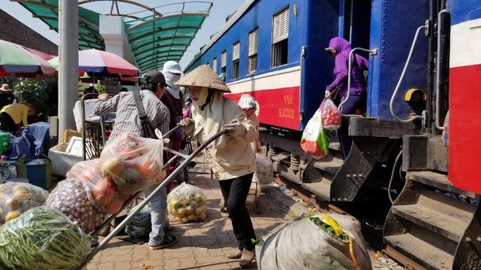 Đìu hiu tuyến đường sắt Yên Viên - Hạ Long, ngày chỉ chạy 1 chuyến phục vụ 30 tiểu thương - Ảnh 12.