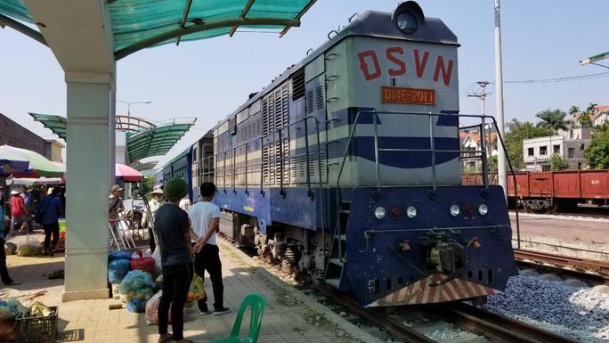 Đìu hiu tuyến đường sắt Yên Viên - Hạ Long, ngày chỉ chạy 1 chuyến phục vụ 30 tiểu thương - Ảnh 1.