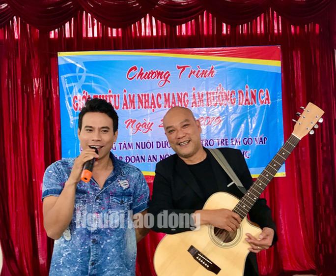 Diễn viên Trí Quang và nhạc sĩ Quốc Hùng xúc động hát vì trẻ mồ côi - Ảnh 1.