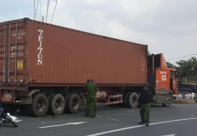 Cha ngồi ngây dại khi thấy con gái 2 tuổi tử nạn dưới bánh xe container - Ảnh 1.