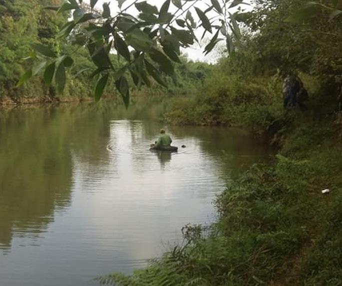Thi thể nam thanh niên trẻ mặc đồ thể thao hiệu Adiddas nổi trên sông - Ảnh 1.