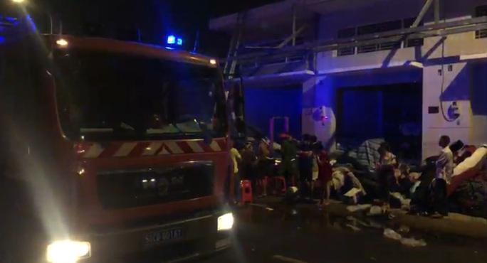 TP HCM: Cửa hàng vải ở Tân Phú bốc cháy, người dân hốt hoảng kêu cứu - Ảnh 1.