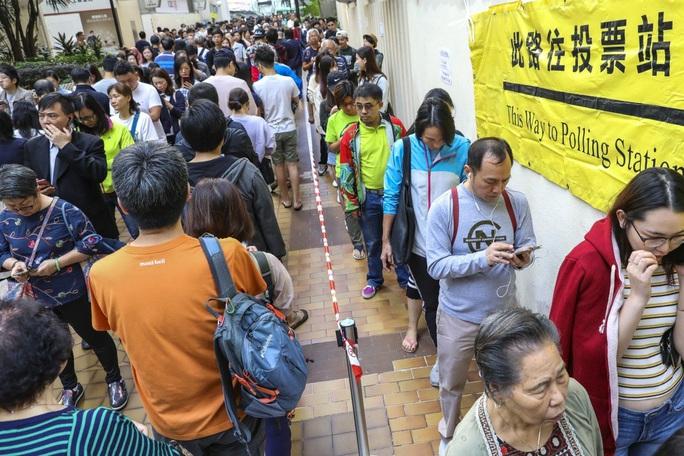 Hồng Kông: Phe ủng hộ dân chủ thắng áp đảo trong cuộc bầu cử hội đồng quận - Ảnh 1.