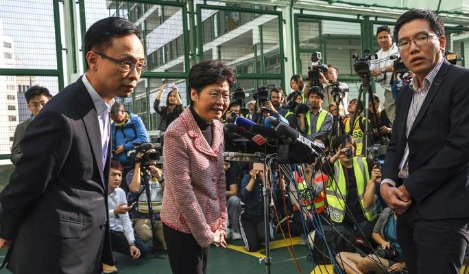 Hồng Kông: Phe ủng hộ dân chủ thắng áp đảo trong cuộc bầu cử hội đồng quận - Ảnh 2.