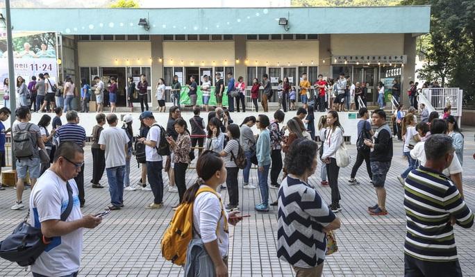 Hồng Kông: Phe ủng hộ dân chủ thắng áp đảo trong cuộc bầu cử hội đồng quận - Ảnh 3.