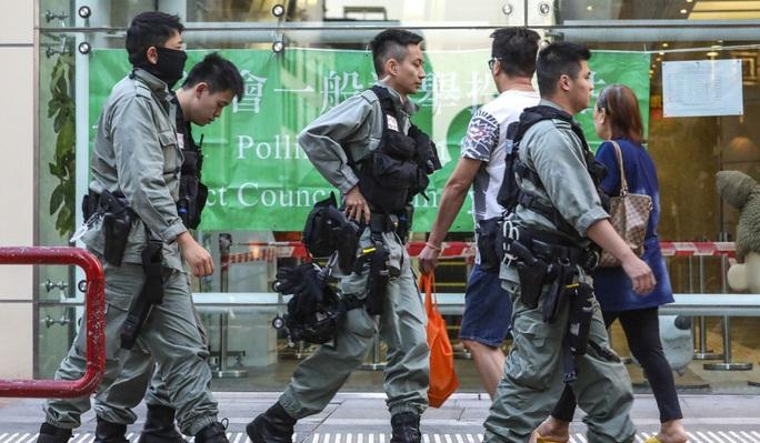 Hồng Kông: Phe ủng hộ dân chủ thắng áp đảo trong cuộc bầu cử hội đồng quận - Ảnh 4.