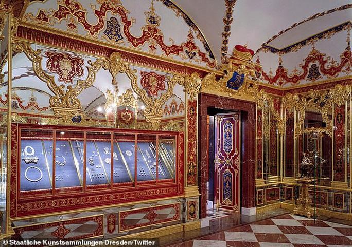 Trộm táo tợn tại bảo tàng, kho báu tỉ euro biến mất sau vài phút - Ảnh 1.