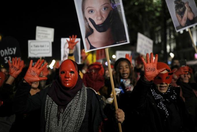 Thế giới tăng cường chống bạo lực nữ giới - Ảnh 1.