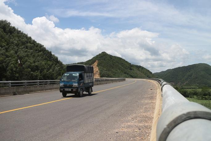 Né trạm thu phí, hàng loạt ô tô chạy chui tuyến đường cao tốc đang thi công - Ảnh 2.