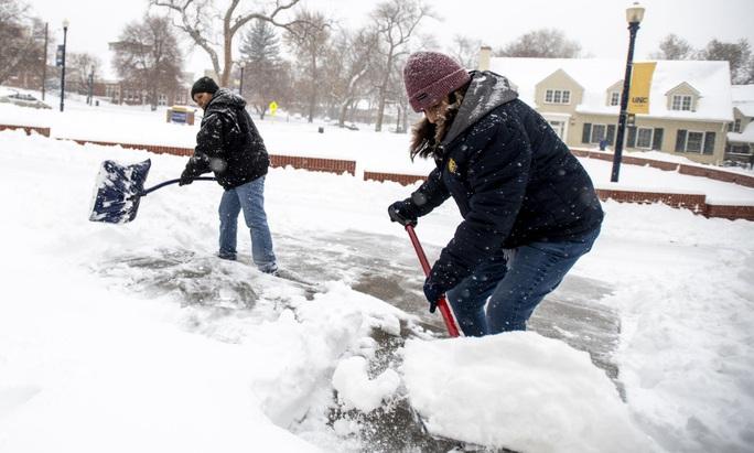 """Mỹ oằn mình trước bão tuyết, """"bom lốc xoáy"""" - Ảnh 2."""