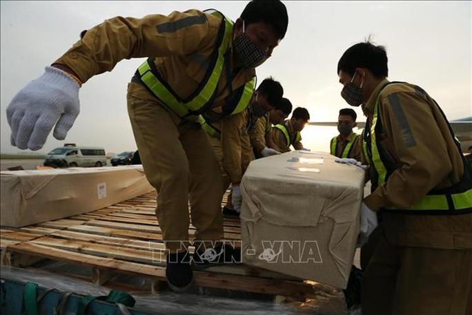 Vụ 39 người chết: Đưa thi thể các nạn nhân về tới Nội Bài - Ảnh 1.