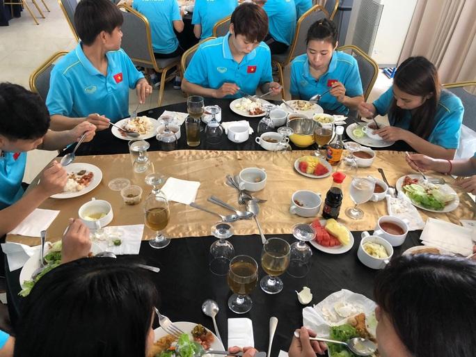 Đội tuyển nữ thiếu thức ăn, HLV Mai Đức Chung trấn an: Hôm nay đã có thịt bò, cá hồi - Ảnh 3.