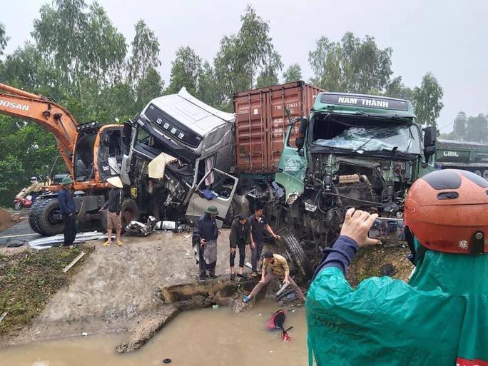 2 tài xế bị thương kẹt trong cabin sau vụ tai nạn liên hoàn giữa xe container, xe đầu kéo và máy xúc - Ảnh 1.