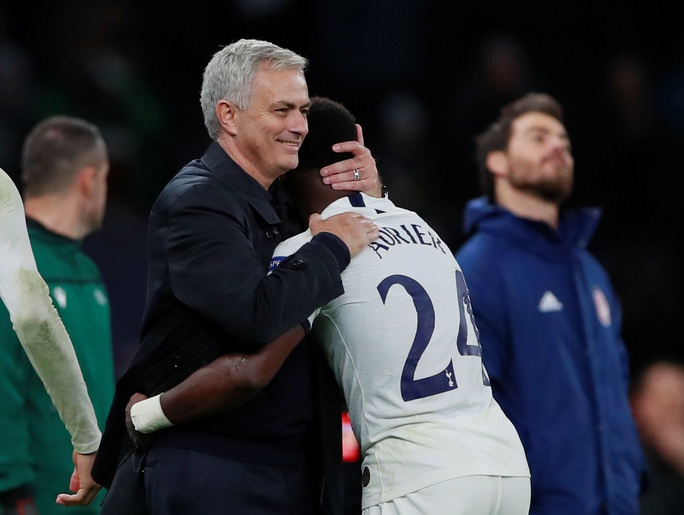 Tottenham bùng nổ với Mourinho, vượt vòng bảng Champions League  - Ảnh 1.