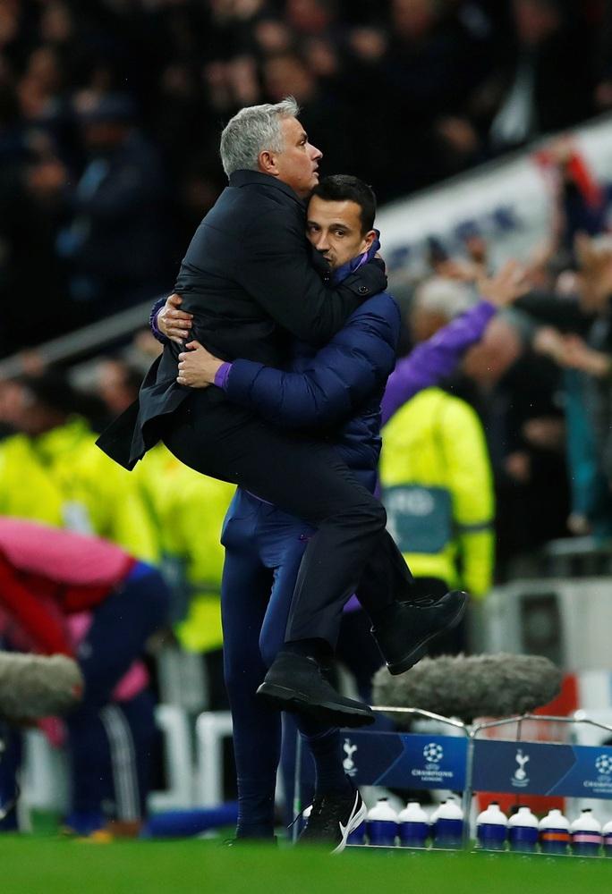 Tottenham bùng nổ với Mourinho, vượt vòng bảng Champions League  - Ảnh 2.