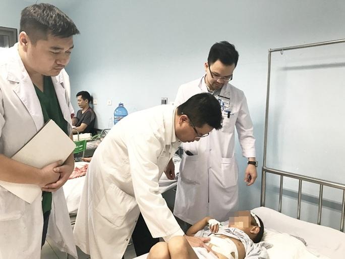 Trèo cây ngã, bé trai 6 tuổi bị vỡ gan - Ảnh 1.