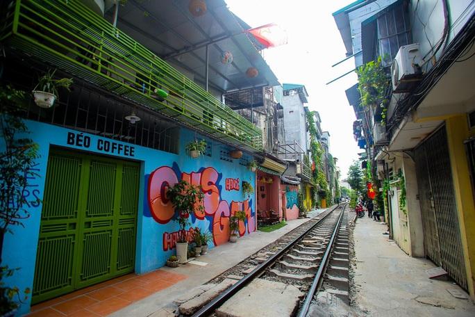 Cà phê đường tàu ở Khâm Thiên: Sáng đóng cửa, tối hoạt động - Ảnh 1.