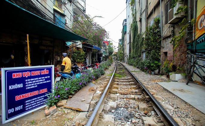 Cà phê đường tàu ở Khâm Thiên: Sáng đóng cửa, tối hoạt động - Ảnh 3.