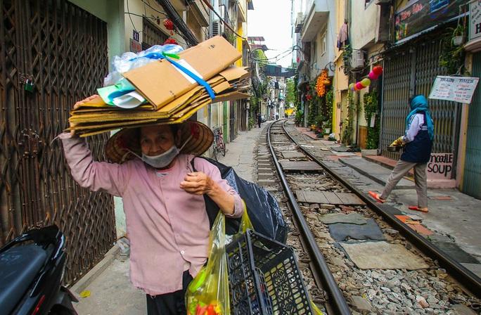 Cà phê đường tàu ở Khâm Thiên: Sáng đóng cửa, tối hoạt động - Ảnh 6.