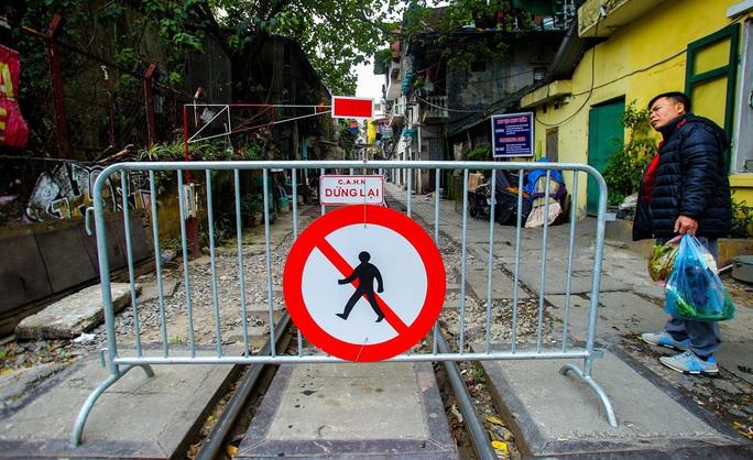 Cà phê đường tàu ở Khâm Thiên: Sáng đóng cửa, tối hoạt động - Ảnh 7.
