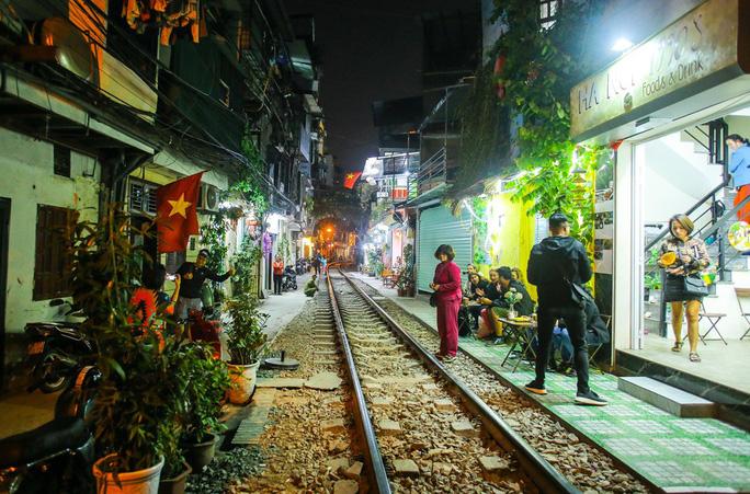 Cà phê đường tàu ở Khâm Thiên: Sáng đóng cửa, tối hoạt động - Ảnh 8.
