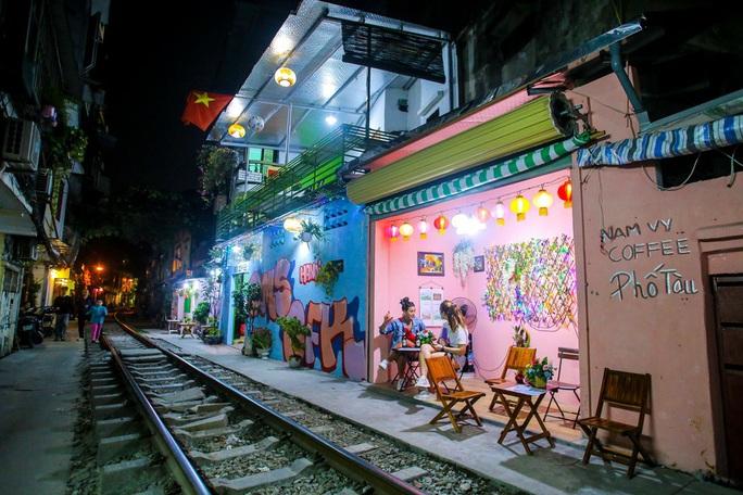 Cà phê đường tàu ở Khâm Thiên: Sáng đóng cửa, tối hoạt động - Ảnh 9.