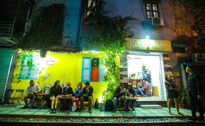 Cà phê đường tàu ở Khâm Thiên: Sáng đóng cửa, tối hoạt động - Ảnh 11.