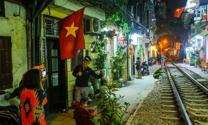 Cà phê đường tàu ở Khâm Thiên: Sáng đóng cửa, tối hoạt động - Ảnh 12.