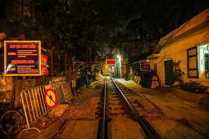 Cà phê đường tàu ở Khâm Thiên: Sáng đóng cửa, tối hoạt động - Ảnh 13.