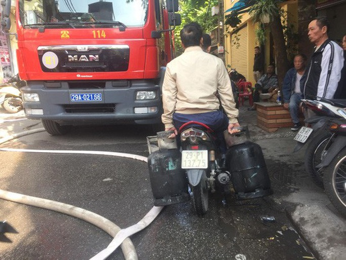 Xe chở bình gas bất ngờ phát nổ, lửa lan sang nhà dân - Ảnh 3.