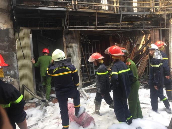Xe chở bình gas bất ngờ phát nổ, lửa lan sang nhà dân - Ảnh 5.