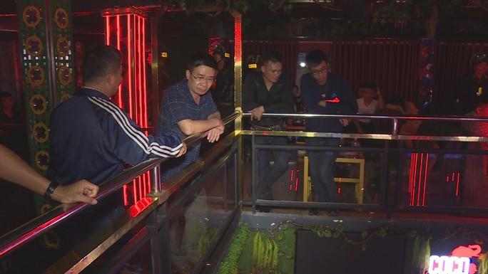 Giám đốc công an dẫn quân ập vào 3 quán, phát hiện gần 90 thanh niên phê ma túy - Ảnh 6.