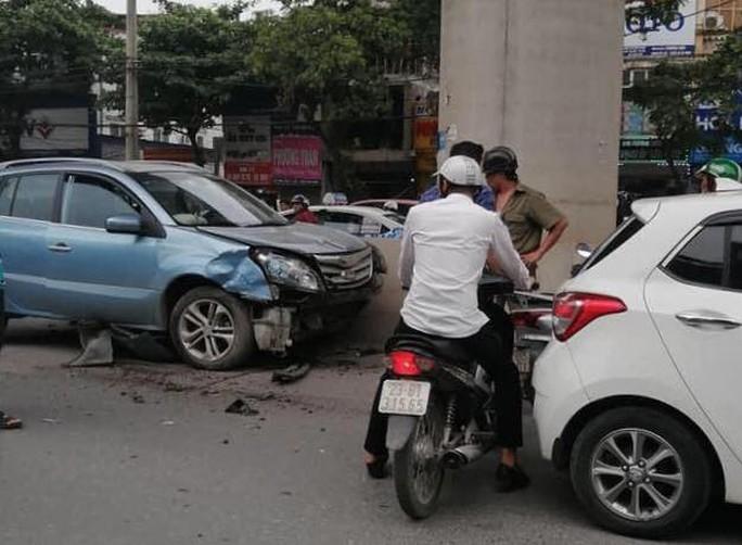 Xế hộp bất ngờ tông hàng loạt phương tiện trên phố, 3 phụ nữ bị thương - Ảnh 2.