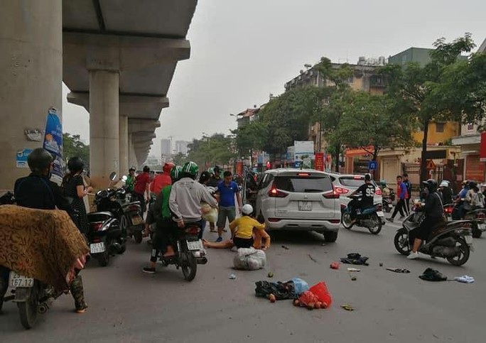 Xế hộp bất ngờ tông hàng loạt phương tiện trên phố, 3 phụ nữ bị thương - Ảnh 1.