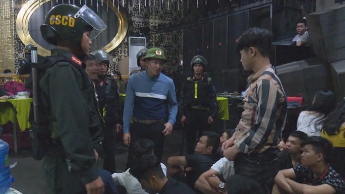 Giám đốc công an dẫn quân ập vào 3 quán, phát hiện gần 90 thanh niên phê ma túy - Ảnh 4.