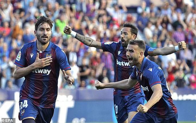 Levante tạo địa chấn, Barcelona may mắn không mất ngôi La Liga - Ảnh 6.