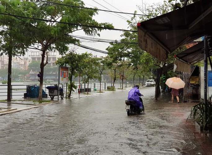 Áp thấp xuất hiện trên Biển Đông, miền Trung lại đối mặt với mưa lớn - Ảnh 1.
