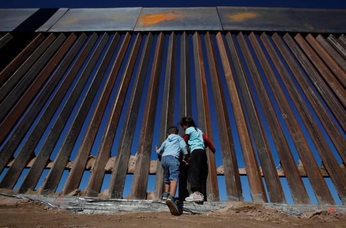 """Bức tường biên giới """"bất khả chiến bại"""" của ông Donald Trump thua chiếc cưa 100 USD - Ảnh 1."""