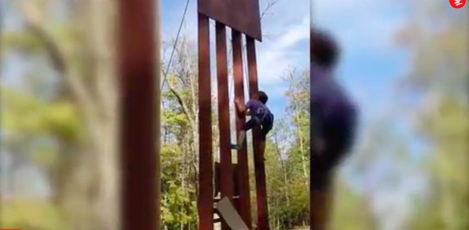 """Bức tường biên giới """"bất khả chiến bại"""" của ông Donald Trump thua chiếc cưa 100 USD - Ảnh 2."""